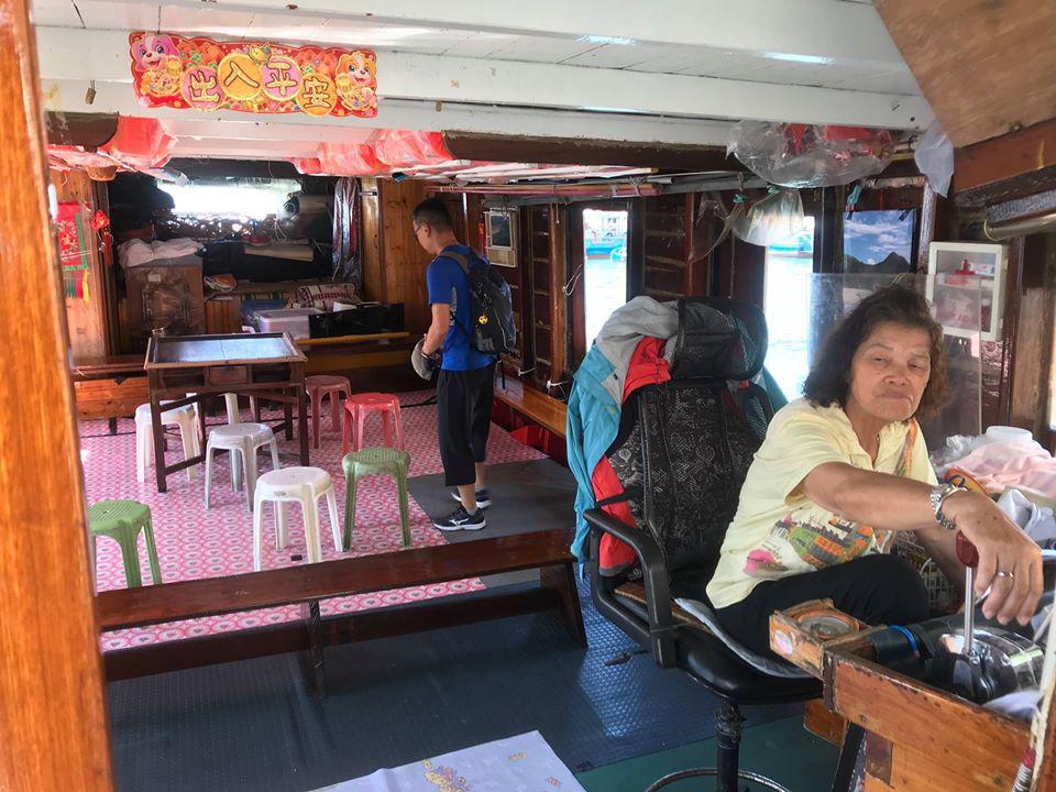 搭乘在地漁船改造的觀光導覽船